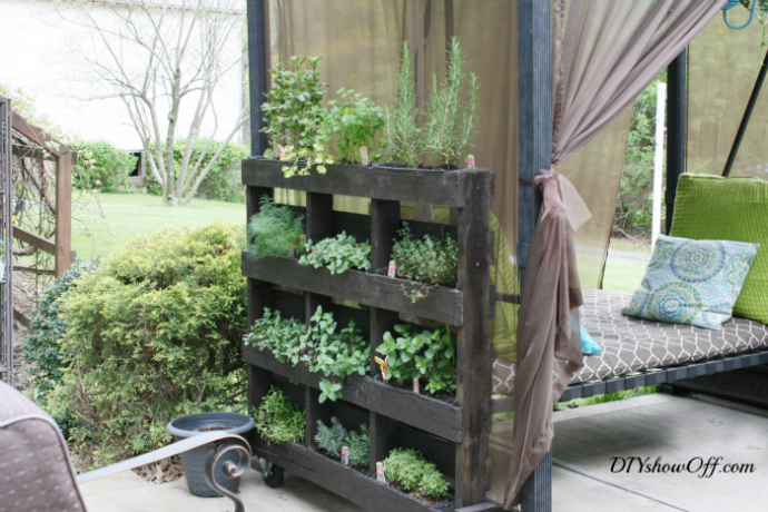 Attrayant 15 Outdoor Projects For Your Back Yard. Pallet Herb GardensVertical ...