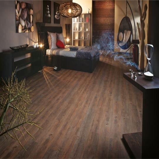 Deixar um ambiente aconchegante e elegante ao mesmo tempo, é sempre um desafio, e a escolha do piso pode fazer uma grande diferença na decoração. Os pisos vinílicos, por exemplo, têm uma gama de cores, para você poder escolher os mais adequados para sua decoração. DICA: Os tons amadeirados dos pisos vinílicos, deixam o ambiente elegante e também muito aconchegante. Em nossa loja, você encontra o piso perfeito para qualquer decoração. Inclusive, para ambientes corporativos.