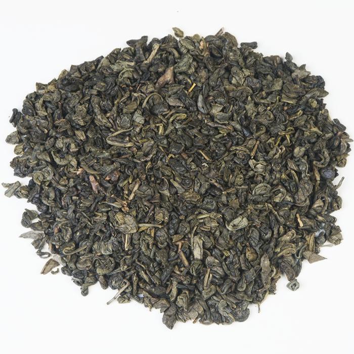 CHINA GUNPOWDER STD. 9373   China Gunpowder heeft zijn naam te danken aan zijn grijsgroene balletjes van opgerolde bladeren, die wel wat weghebben van kanonsbuskruit zoals men die in de 18e eeuw gebruikte. De bolletjes van de grasachtige, rokerige thee springen open in het water. Smaakt niet alleen lekker, maar oogt nog gezellig ook!  