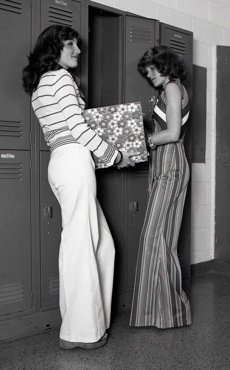 Two Girls At Their High School Lockers 1970s 70s Fashion Fashion 1970s Fashion
