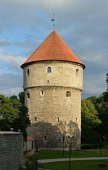 Kiek in de Kök - Tallin- Kiek in de Kök, (letteralmente:Occhiata nella cucina) è un soprannome dell' anticotedesco, per le torri, principalmente quelle che facevano parte delle fortificazioni delle città medioevali.  Presero questo nome dalla possibilità dalla cima della torre di vedere nelle cucine delle case vicine. Grazie alla storia dellaLega Anseaticae dell'Ordine Teutonico, anche numerose città al di fuori dellaGermaniahanno conservato torri che riportano ancora questo…