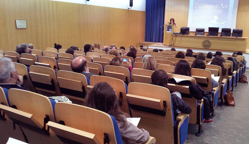 Con motivo de la celebración del Día de las Escritoras, el 17 de octubre tendrán lugar en diferentes puntos del país numerosos actos culturales bajo la iniciativa de la Biblioteca Nacional de España, a los que se ha querido sumar la Universidad de Zaragoza, a través de la Facultad de Filosofía y Letras y la Biblioteca de la Universidad de Zaragoza. También colabora la Librería Antígona.  En el salón de actos de la Biblioteca de Humanidades María Moliner tendrá lugar la lectura de una…