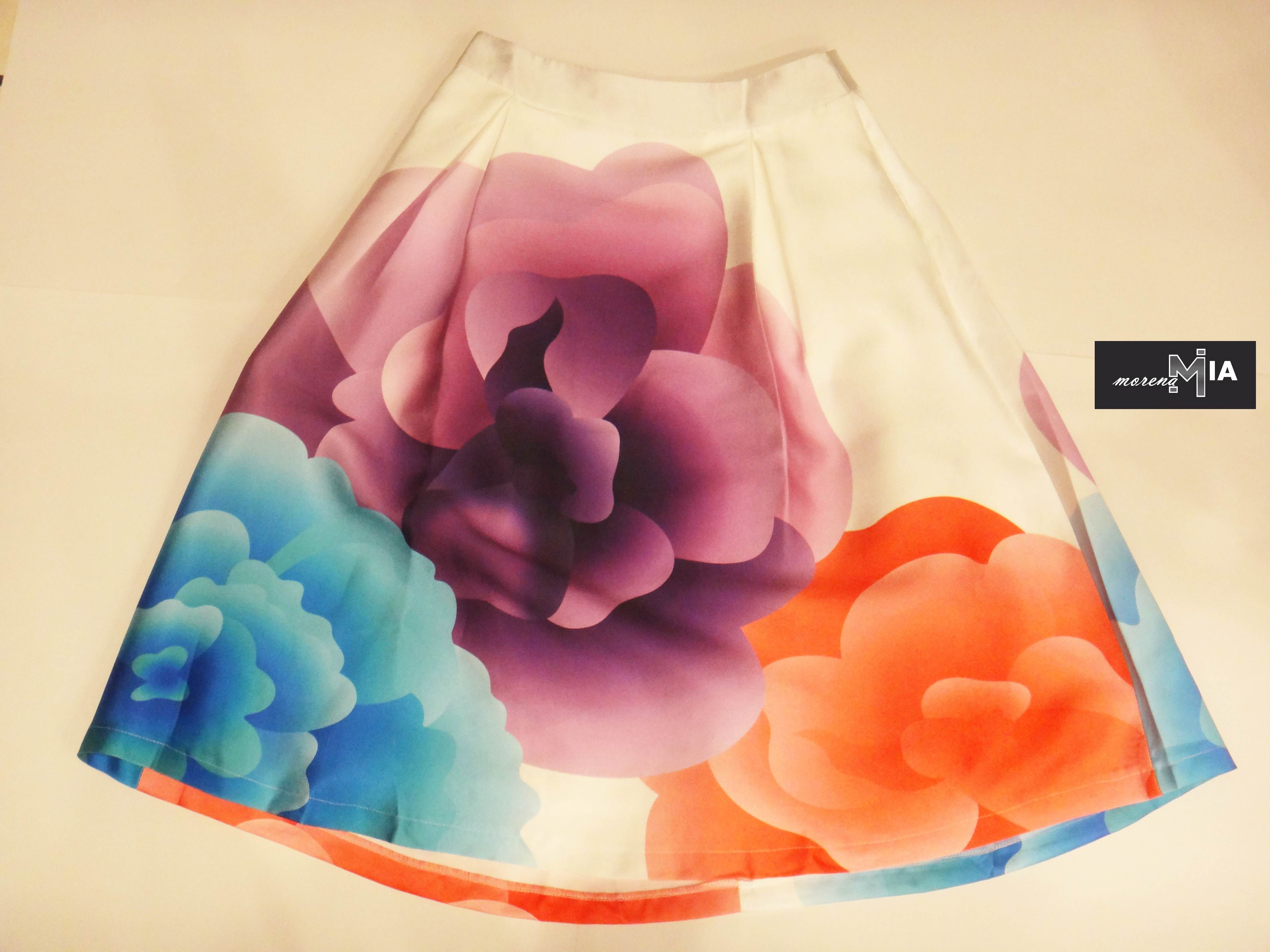 Esta temporada las faldas se han convertido en imprescindible y eso que en invierno solemos ver más pantalones que otra cosa. En Morena Mia las hay de todos los largos y para todos los gustos. Visitanos #Outfit #skirt #floral #outfitidea
