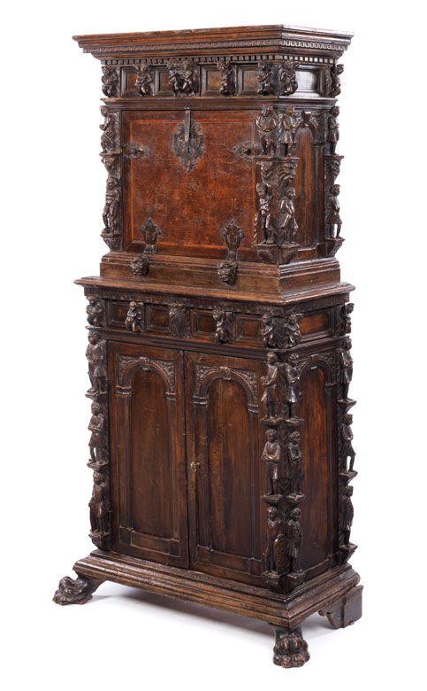 nussbaum geschnitzt der kommodenunterbau mit zwei t ren sowie an italian carved walnut. Black Bedroom Furniture Sets. Home Design Ideas