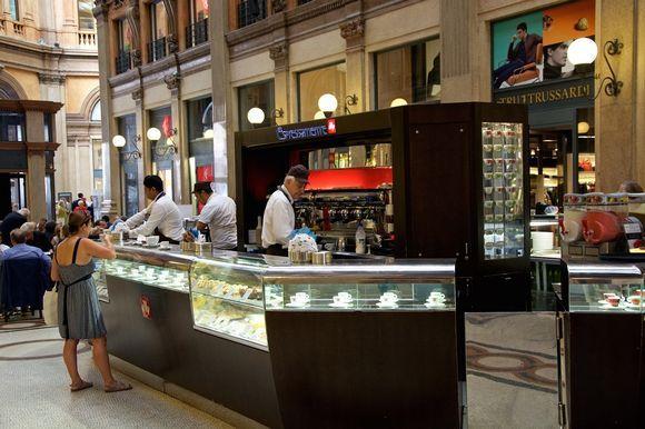 Italiassa ei kahviloissa istuta - kahvi siemaistaan nopeasti tiskillä.