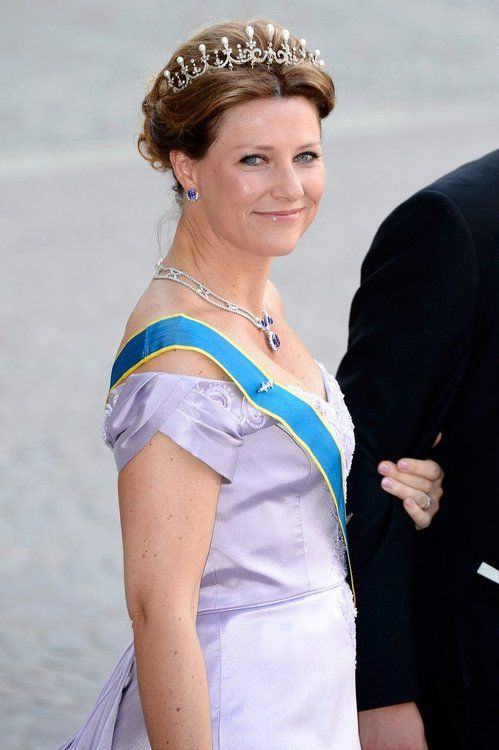 royaltywithella:  Wedding of Princess Madeleine and Chris O'Neill-June 8, 2013-Princess Märtha Louise of Norway wears the small setting of Queen Maud&'s Pearl Tiara