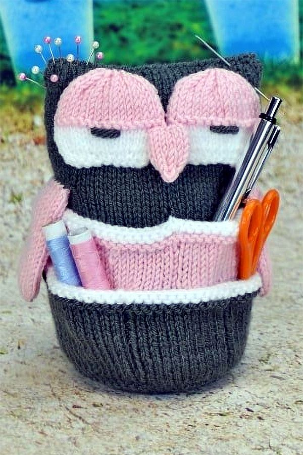 Knitting pattern for Handy Owl Organizer - This cute softie has 10 pockets for craft tools, desk supplies, and more. Designed by KnittingByPost. DK weight yarn. #knittingideas