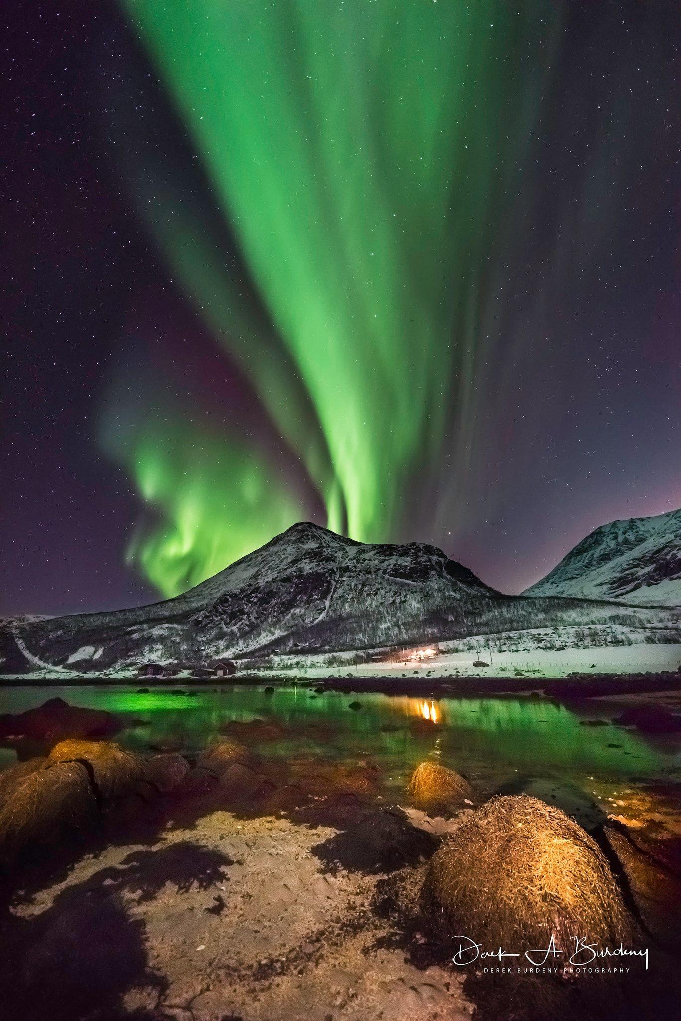 Erupting Beauty Aurora Borealis Erupts Through The Night Sky Sending Green Reflections On Arctic Pool Naturaleza Paisajes Natural
