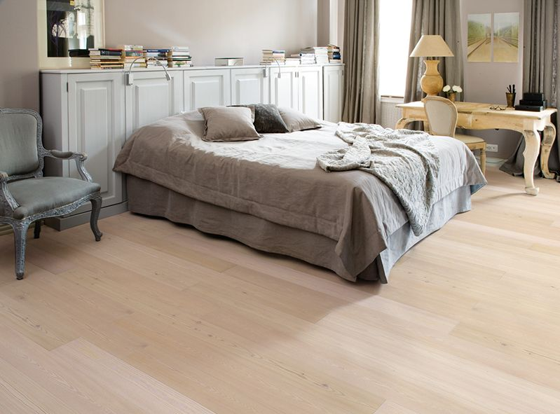 Lehtikuusiparketin vaalea väritys ja luonnollinen kuviointi tuo makuuhuoneeseen rauhoittavaa tunnelmaa. Klikkaa kuvaa, niin näet tarkemmat tiedot!