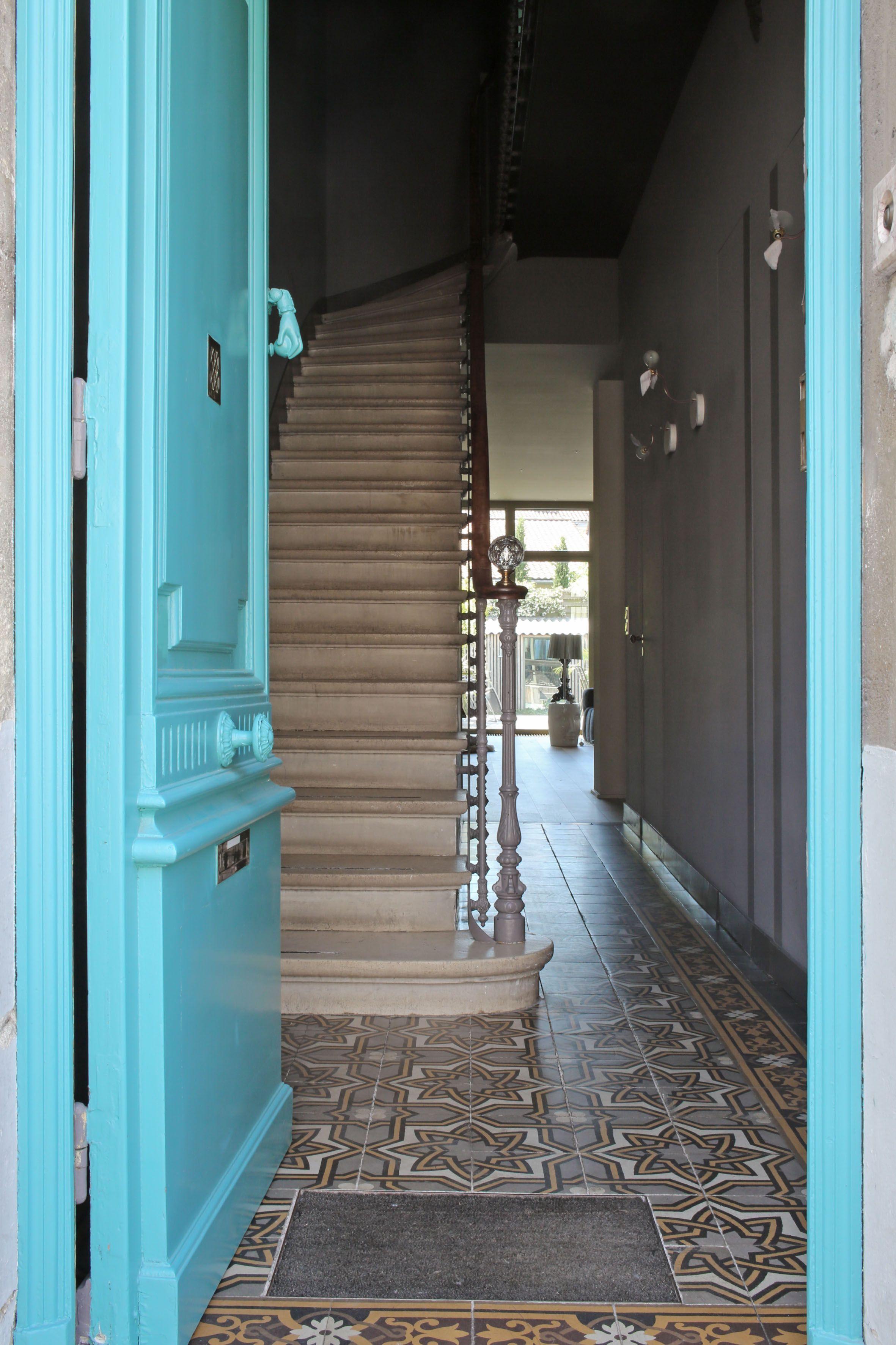 Porte d 39 entr e ancienne bleu turquoise ouvrant sur une Entree interieur maison