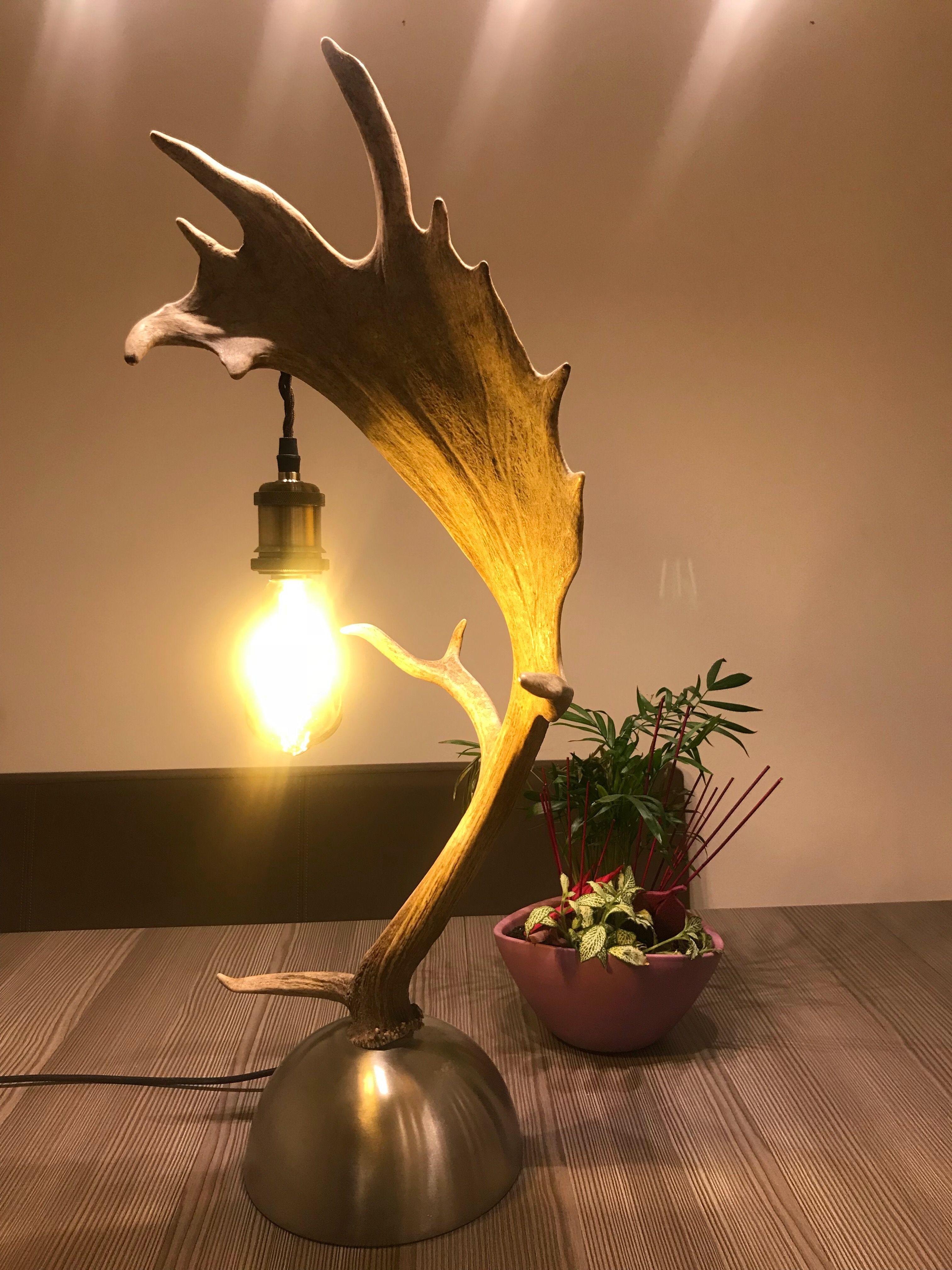 Geweih Tischlampe Von Der Osterreichischen Manufaktur Oh My Deer Geweih Luster Geweih Kronleuchter Geweih Lampen Nac Lamp Antler Lamp Chandelier Table Lamp