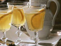 aus Weißem Glühwein Gelee fabrizieren und in kleinen Guglhupfförmchen gelieren lassen...