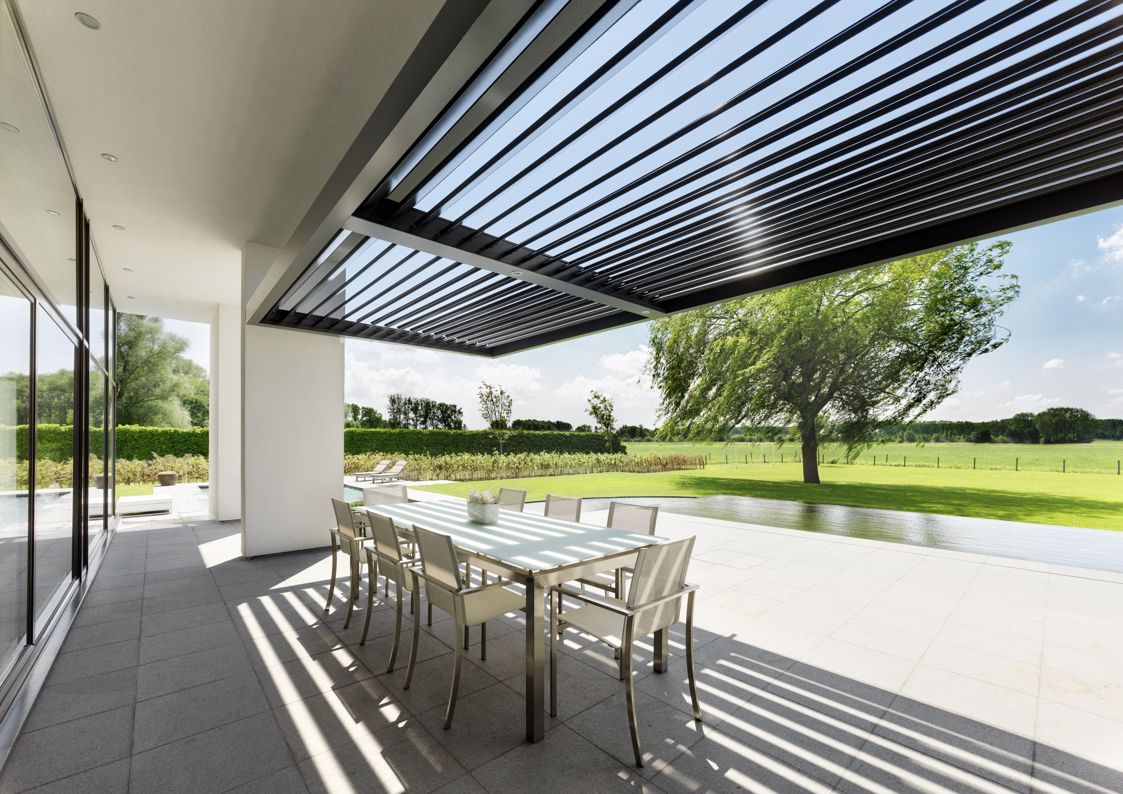 Umbris Louvre Roof Perfect For Shading Outdoor Living Spaces Call Umbris To Find Out More 01494 722 880 Terrasoverkapping Patio Buitenleven