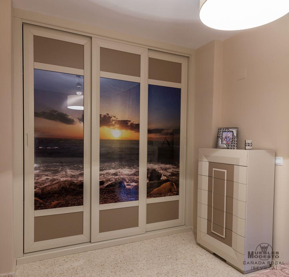 ideas para armario empotrado de puertas correderas en color blanco roto o beige y capuchino decorado con