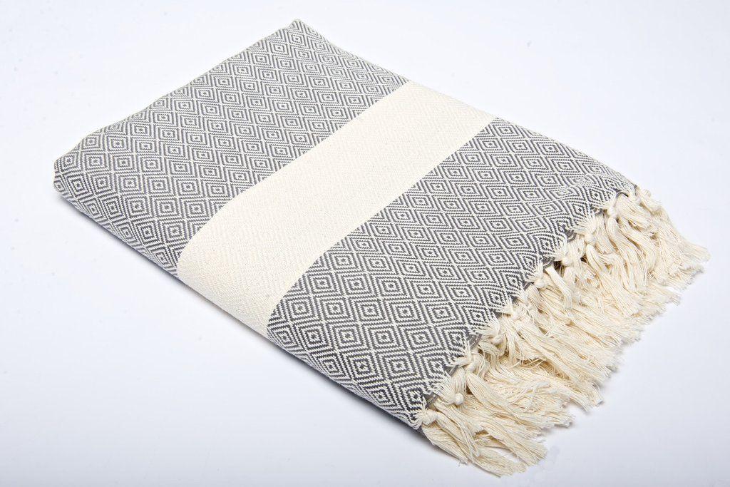 Elmas plaid/sengetæppe er vævet i blødt bomuld med et orientalsk diamantmønster. Elmas' behaglige kvalitet og store størrelsehar gjort dem meget populære både som plaider og sengetæpper. Alle vores produkter, også vores plaider/sengetæpper er vævet af 100% bomuld og kan derfor tåle både varm vask og tørring. Dette gør tæpperne enormt brugbare og giver rig mulighed for at tage dem med i haven og på stranden samt for at vælge de sarte farver, der normalt er svære at vedligeholde. Brug dem…