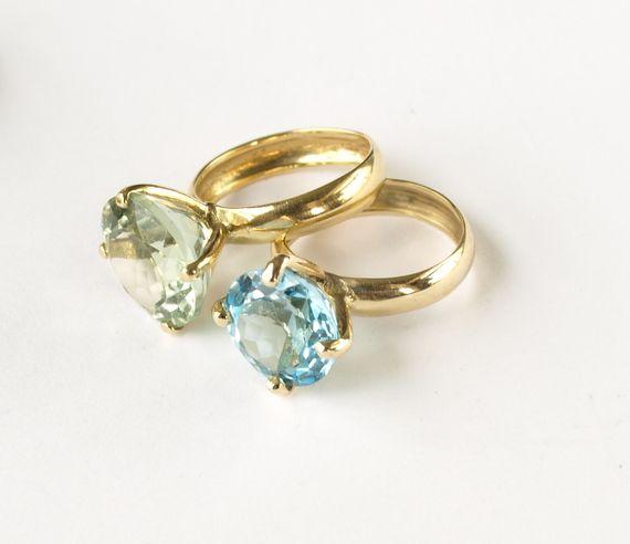 """טבעת זהב 14k משובצת אבן גרין אמטיסט יפיפיה,איכותית וצלולה. האבן בליטוש פאסט בקוטר 12 מ""""מ. ניתן להזמין בגווני הזהב השונים. בתצלום טבעת נוספת באבן בלו טופז. בתצלומים הנוספים מופיעים פריטי טבעות מעיצובים עדכניים שלי,קיימות במלאי בחנות ברעננה."""