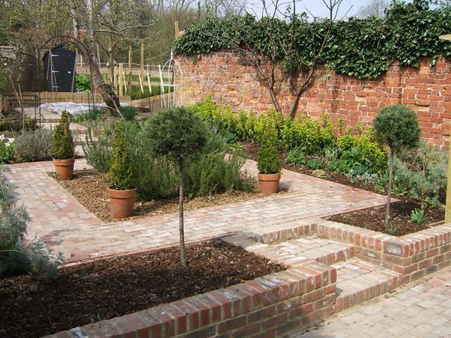 Small urban and courtyard garden formal shapes brick for Paved courtyard garden ideas