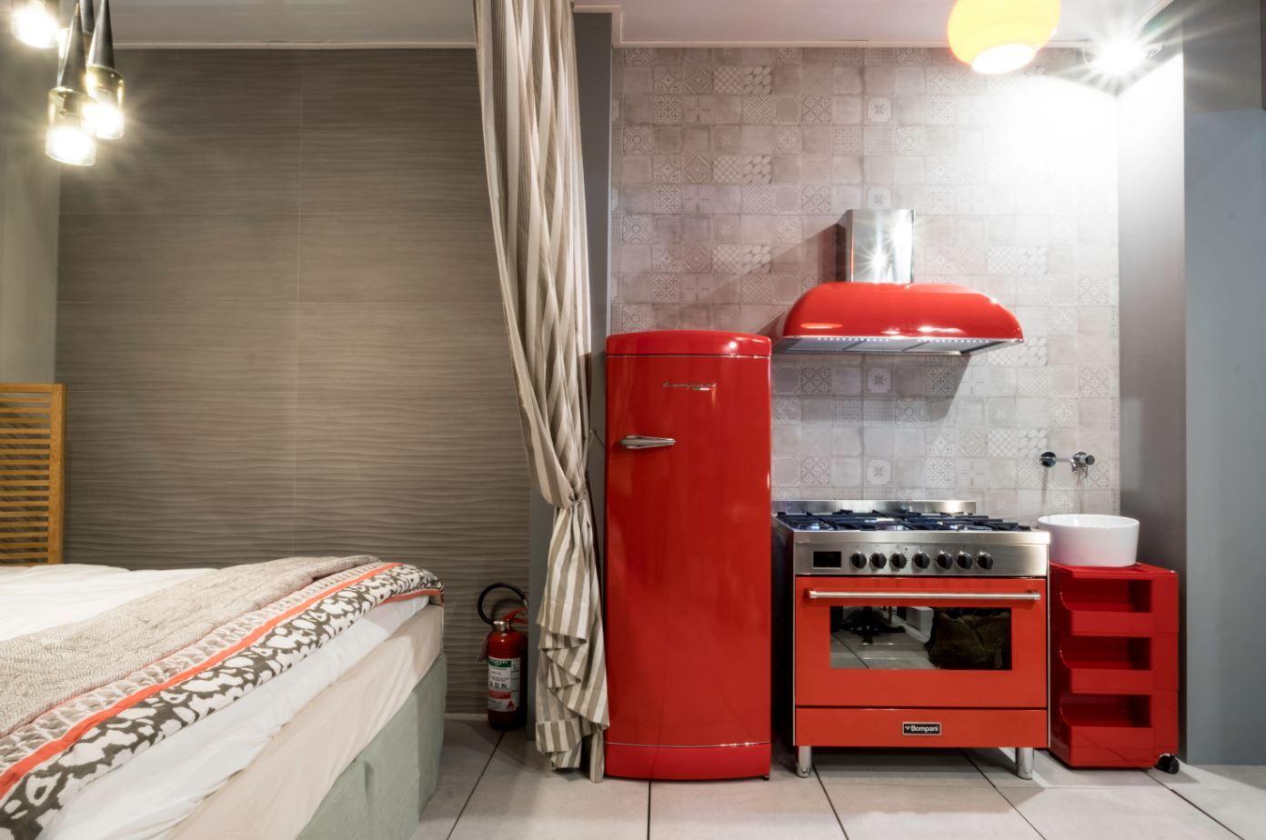 Trittico in Rosso per Bompani! Frigorifero #retrò, #Cappa e #Cucina ...
