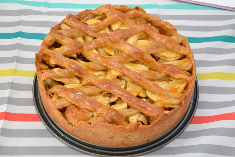 Het lekkerste recept voor appeltaart met abrikozenjam en spijs om zelf te maken. Het origineel is van de beste patisserie uit Amsterdam. Een modern classic!