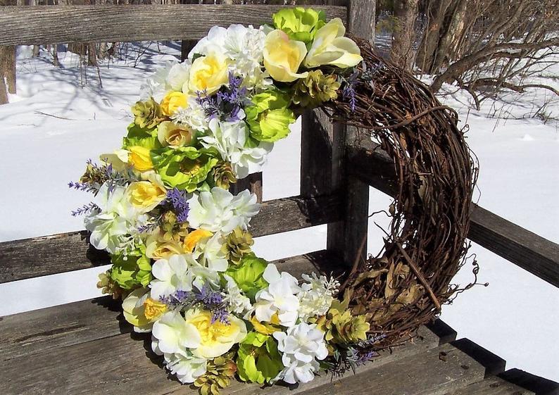 Photo of Weinkranz. Schöne Mischung aus Farben. Über 15 Zoll, 18 Zoll mit den Blumen. Flieder, Lavendel, Rosen, Krokusse, Hortensien usw.
