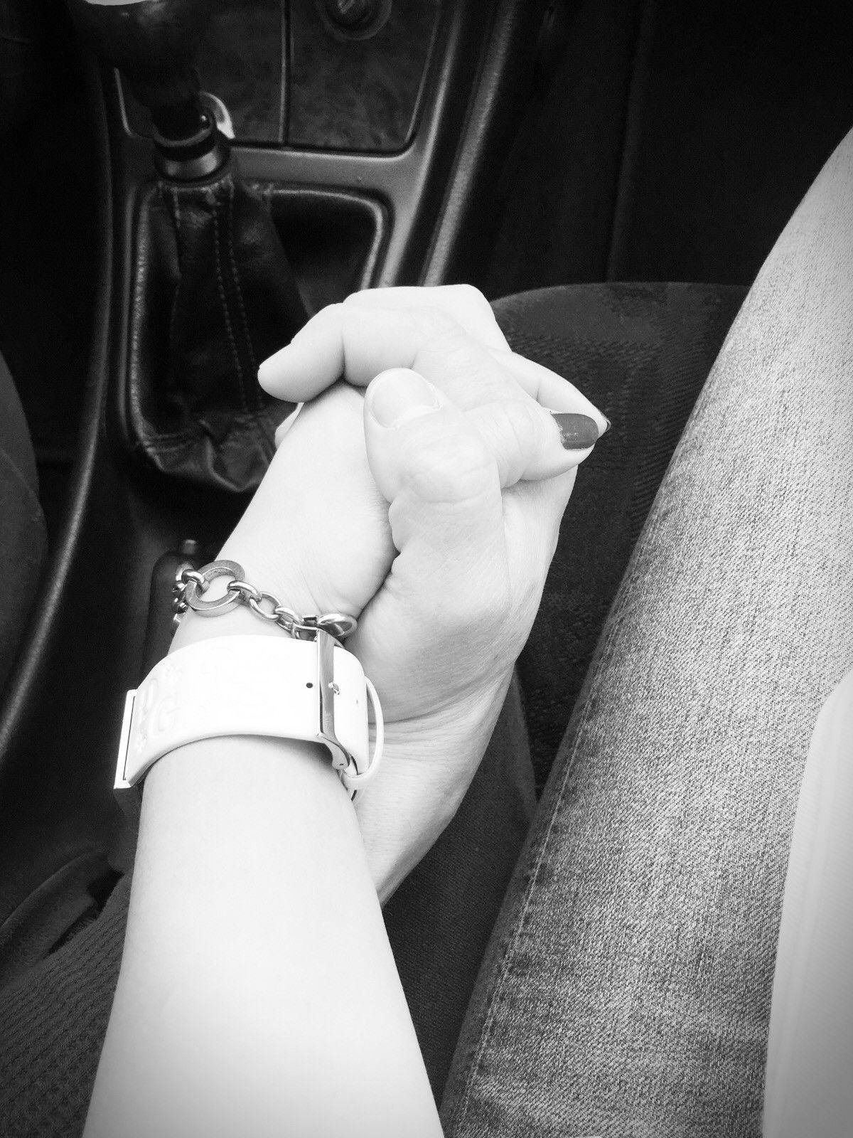 Las Manos Entrelazadas Símbolo De Unión Y Amor En Una Pareja