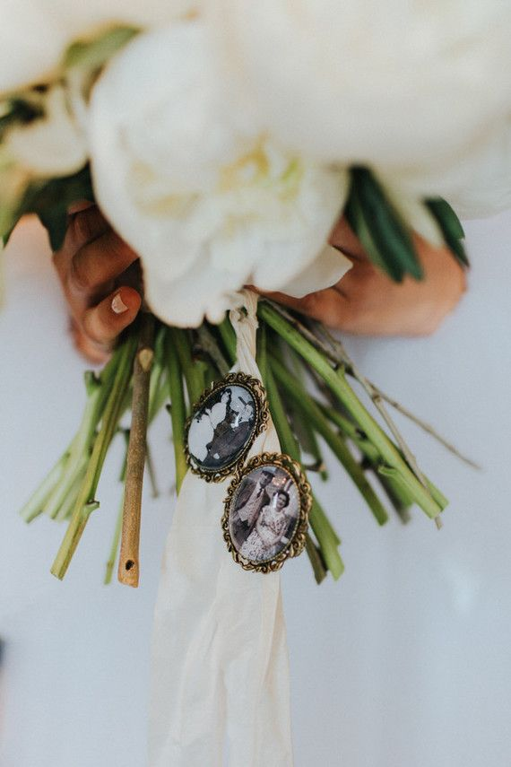 Add a special touch to your bouquet like this wedding locket!