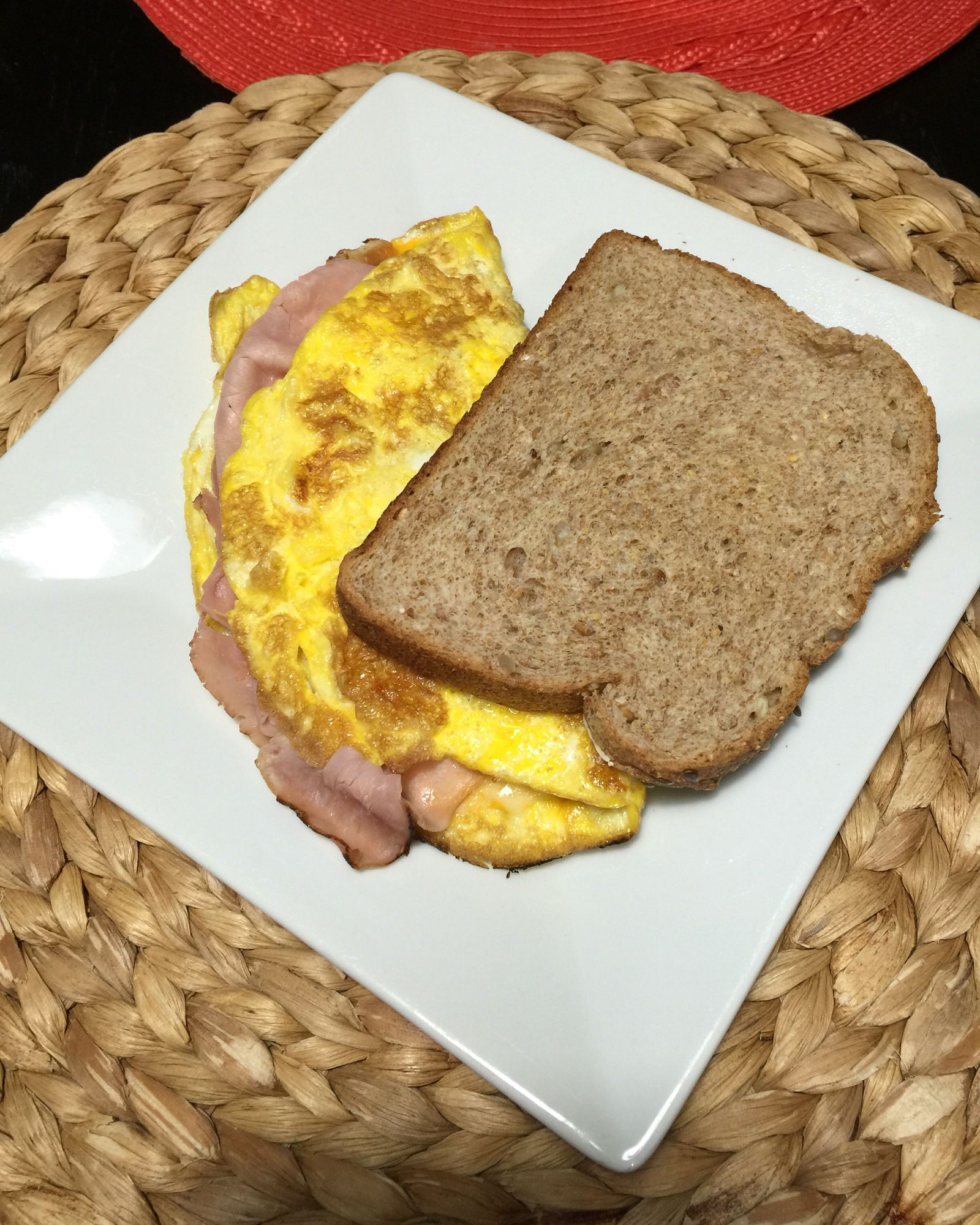 Omelet y pan integral para desayunar.