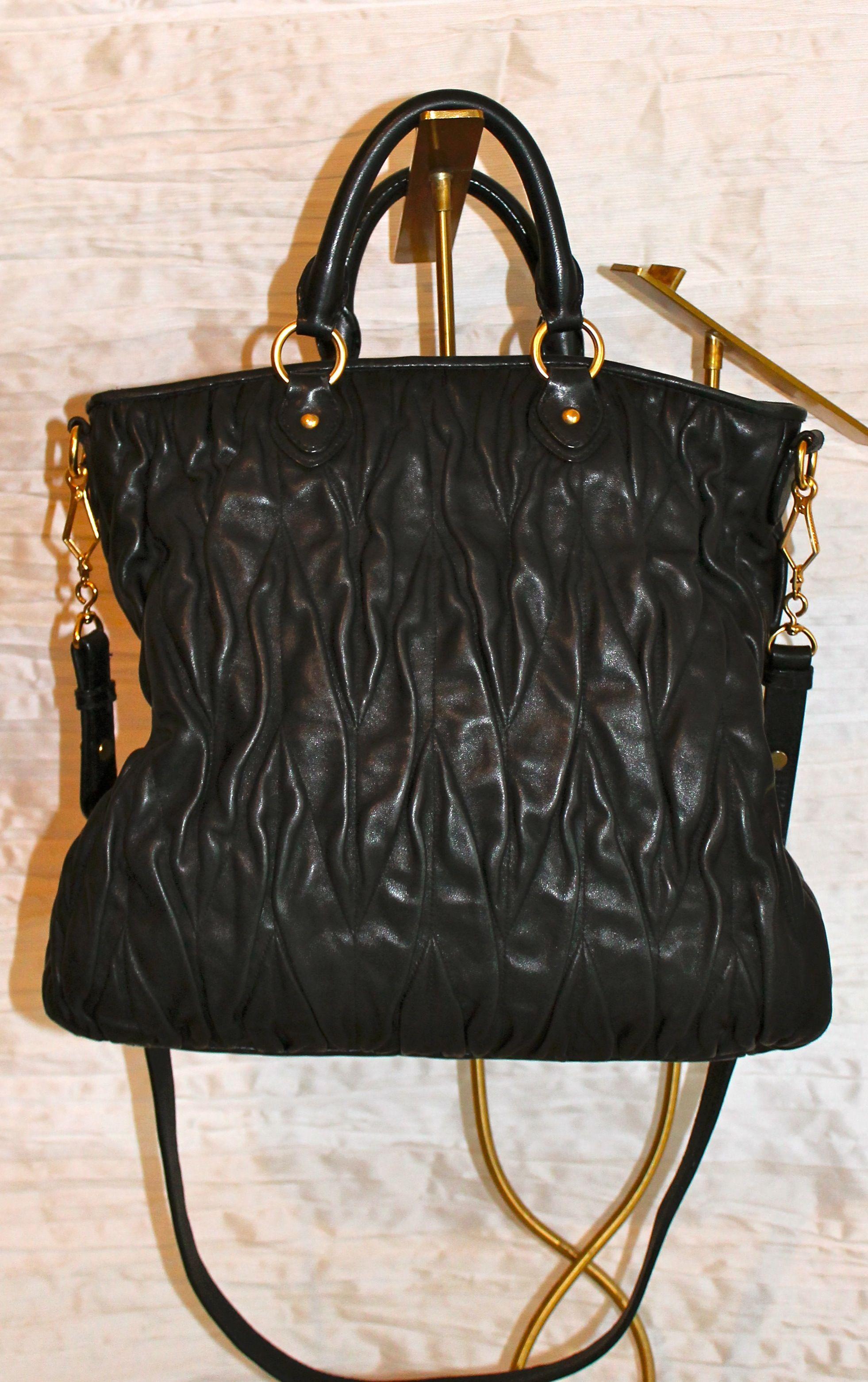 99fbee0e3e9598 Borsa MIU MIU in nappa nera goffrata con manici corti e tracolla. Logo  laterale e