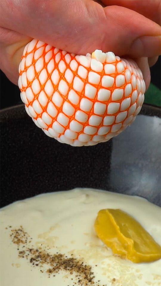 🍳🍳🍳   Das Tolle an Eiern ist die immense Vielfältigkeit der Zubereitung. Ob hart gekocht, als Rührei, als pochiertes Ei oder als Spiegelei – theoretisch könnte man Eier jeden Tag in der Woche anders zubereiten. Zudem sind Eier ziemlich gesund, sie enthalten wertvolle Vitamine und Mineralstoffe. Damit keine Langeweile am Frühstückstisch aufkommt, zeigen wir euch vier verschiedene Varianten, wie man Eier zubereiten kann. 🍳🍳🍳 Zutaten & Rezept unter dem Link #eier #frühstücksei #brunch