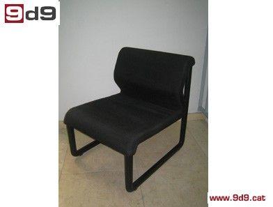 Sillón para sala de espera de segunda mano, tapizado en tela negra con estructura metálica negra. PVP 50€.