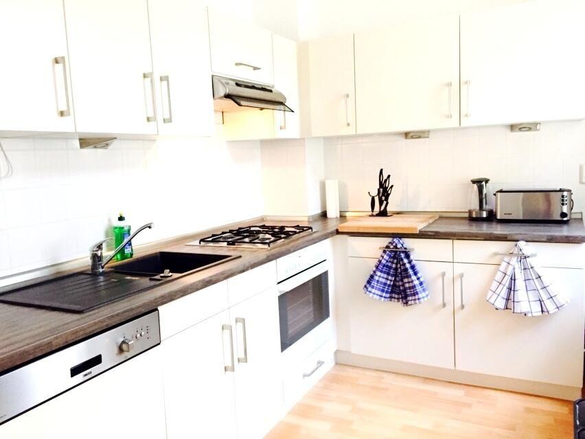 helle k chenzeile in moderner berliner wohnung dunkle arbeitsplatte mit hellen fronten wohnen. Black Bedroom Furniture Sets. Home Design Ideas
