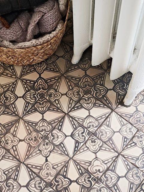 CHARCOAL & WHITE PATTERNED TILE Stunning floor and pattern. #floortile #tileideas http://carmendarwin.com