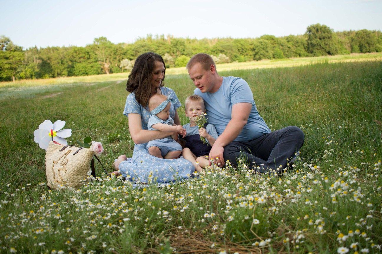 Счастливая семья: мать, отец, дети сын и дочь на Sunse Стоковое ... | 864x1296