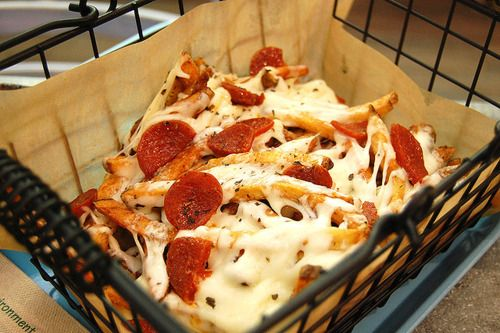 I think I found a recipe that will soon be the boyfriend's favorite.... Pizza fries.