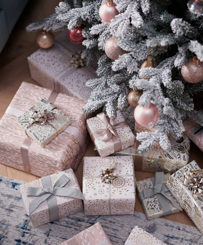 Pin Von Kira Auf Einpacken Weihnachtsgeschenkpapier Geschenkverpackungen Rosarote Weihnachten