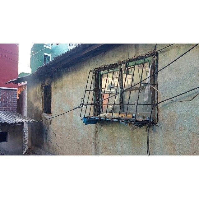 vutylife / #optimusg2 #snap #phonecamera #travel #여행 #부산 #busan #감천문화마을 / 부산 사하 감천 / #골목 #문 / 2013 12 29 /