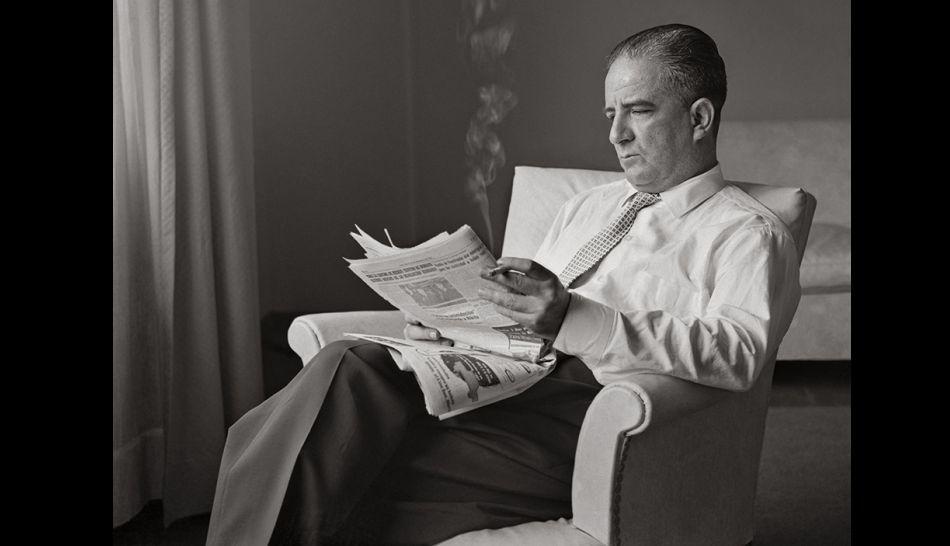 EN ANCHO MUNDO. Ciro Alegría sorprendido en una de sus actividades predilectas, la lectura.