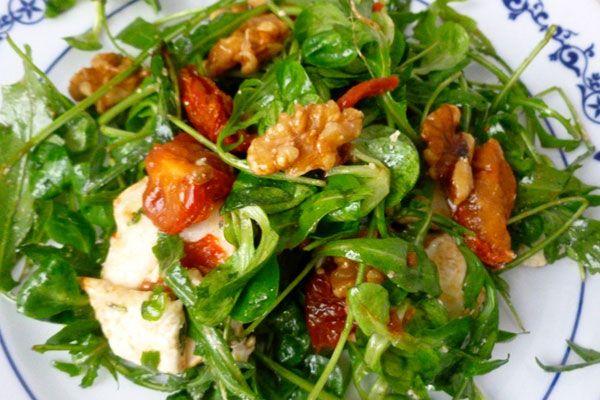 Ensalada de brotes con queso de cabra, nueces y tomates secos - receta - Con Cuchillo y Tenedor