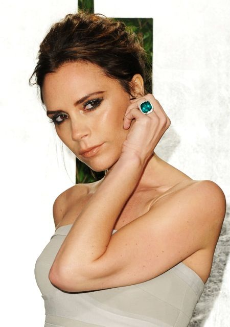 victoria beckham wearing emerald ring at the vanity fair oscar party 2012 the jewellery