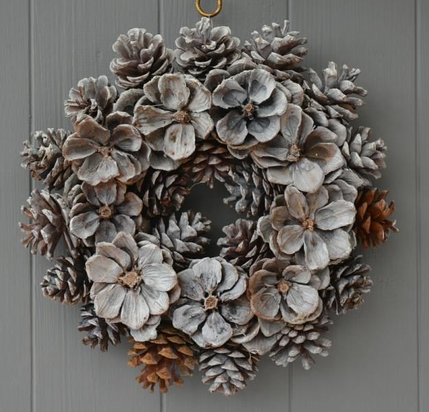 40 creative pinecone crafts for your holiday decorations for Pine cone door decoration