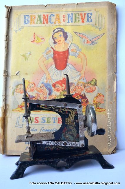 : Antigo Brinquedo mini máquina de costura Alemã Casige de 1948 /  Branca de Neve