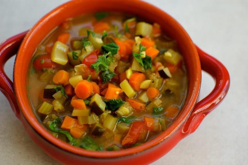 Am liebsten mag ich Gemüsesuppe mit hausgemachter Hühnerknochenbrühe. Knochenbrühe enthält heilende Nährstoffe, die das Verdauungs- und Immunsystem sowie auch Haut, Haare und Nägel nähren. Ich mache vor dem Ramadan Brühe und lagere sie in Einmachgläsern im Gefrierfach. So bereite ich sie zu:Gemüsesuppe mit hausgemachter HühnerknochenbrüheZUTATEN• 1 Esslöffel Olivenöl• 1 kleine Zwiebel, gehackt• 4 Knoblauchzehen, gehackt • 2 Selleriestangen, gehackt • 2 große Karotten, gehackt • 1 große…