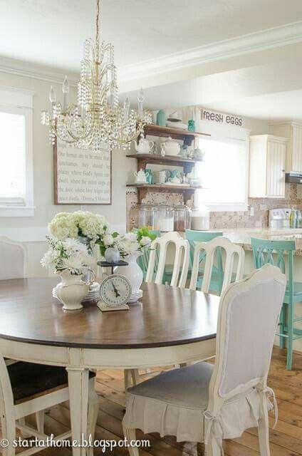Hermosos comedores con sillas blancas y mesa de madera for Decoracion madera natural