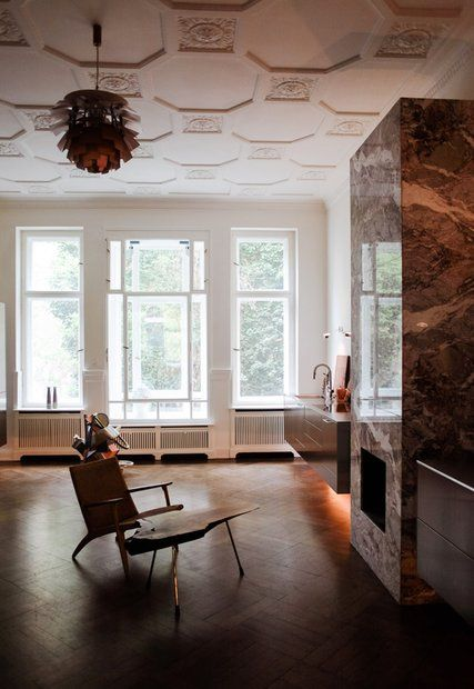 """Schuhe, Möbel, Kunst: Die Leidenschaften einer Galeristin sieht man der Charlottenburger Wohnung von Karena Schüssler an. """"Freunde von Freunden"""" war bei ihr zu Gast."""