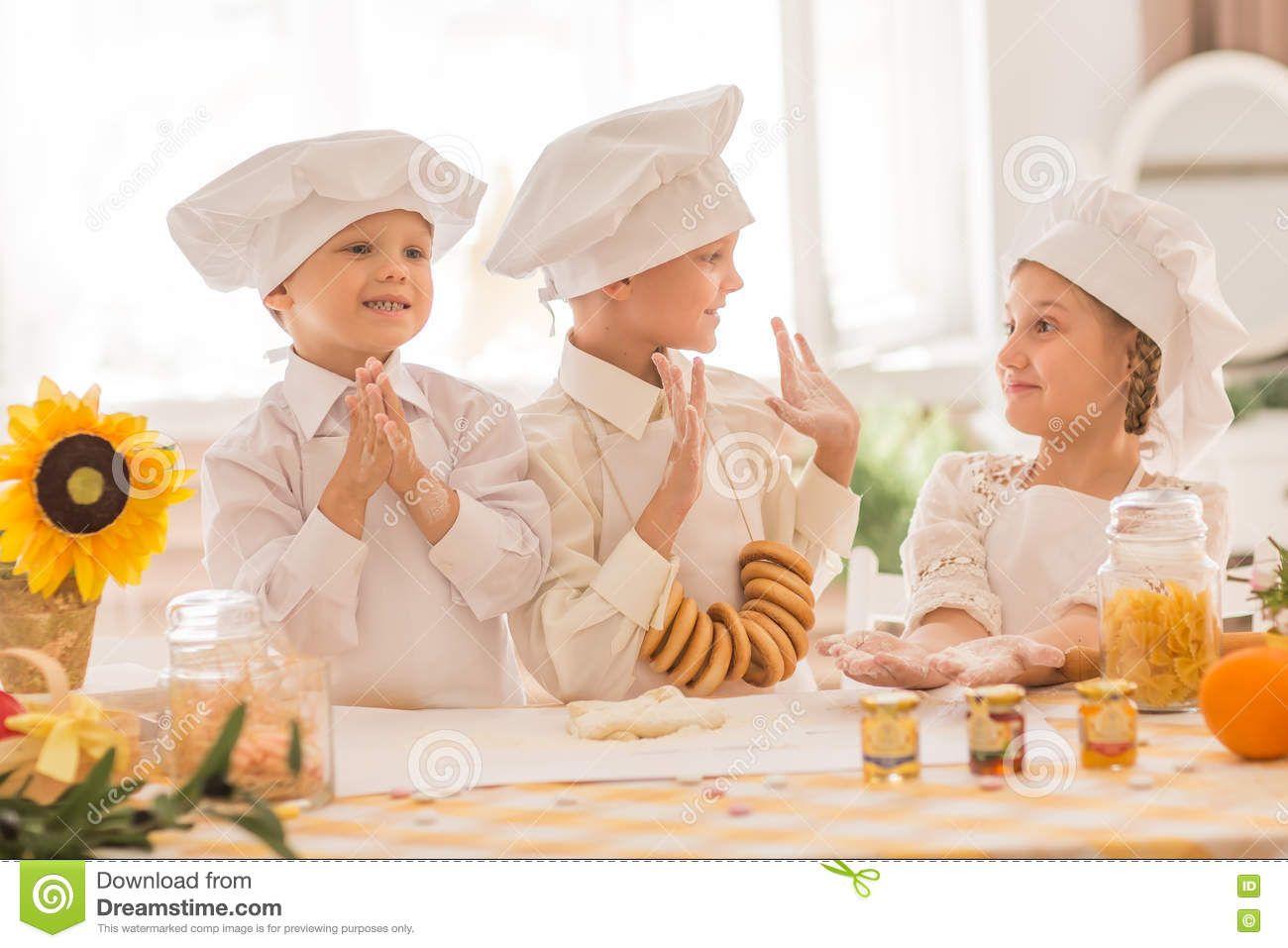 Дети в форме шеф-повара для того чтобы подготовить очень ...