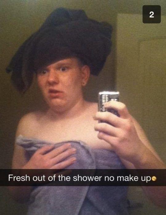 snap hombre envuelto en una toalla