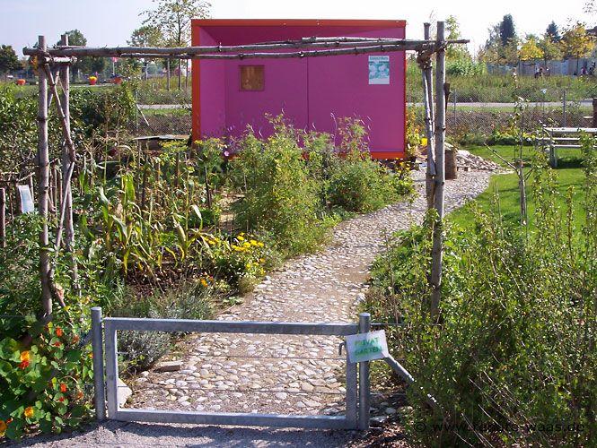 Gartenhaus und Gartenweg von der IGA in München. moderne