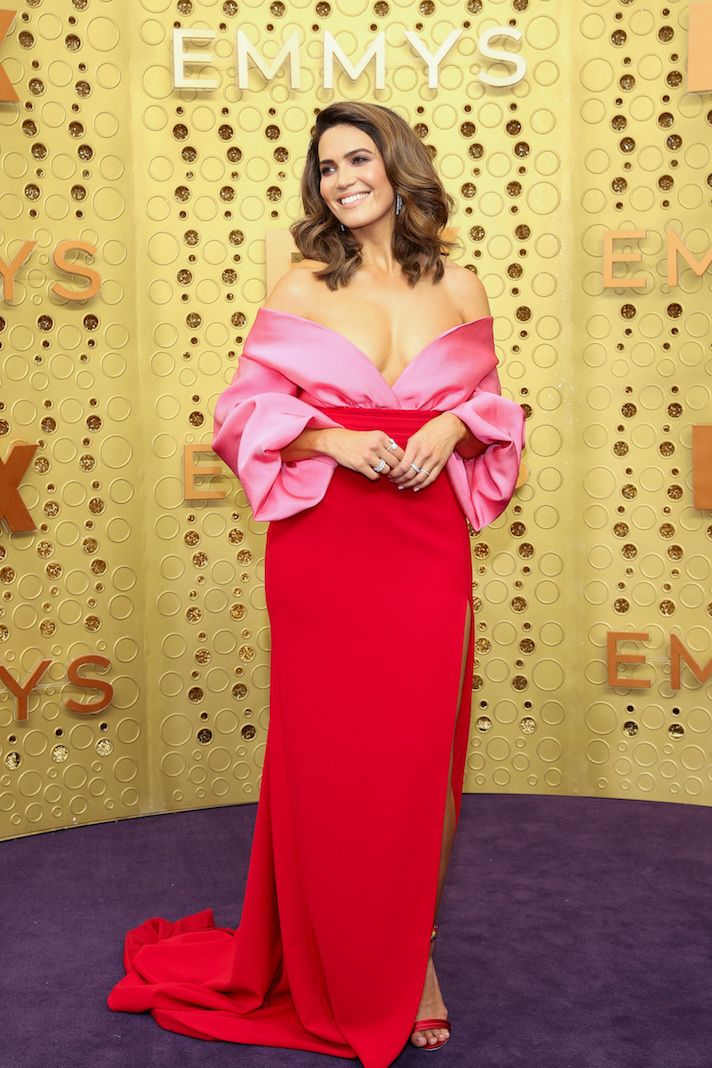 Mandy Moore S Emmys Look Totally Channels Her This Is Us Character With Images Pink And Red Dress Golden Dress Strapless Dress Formal