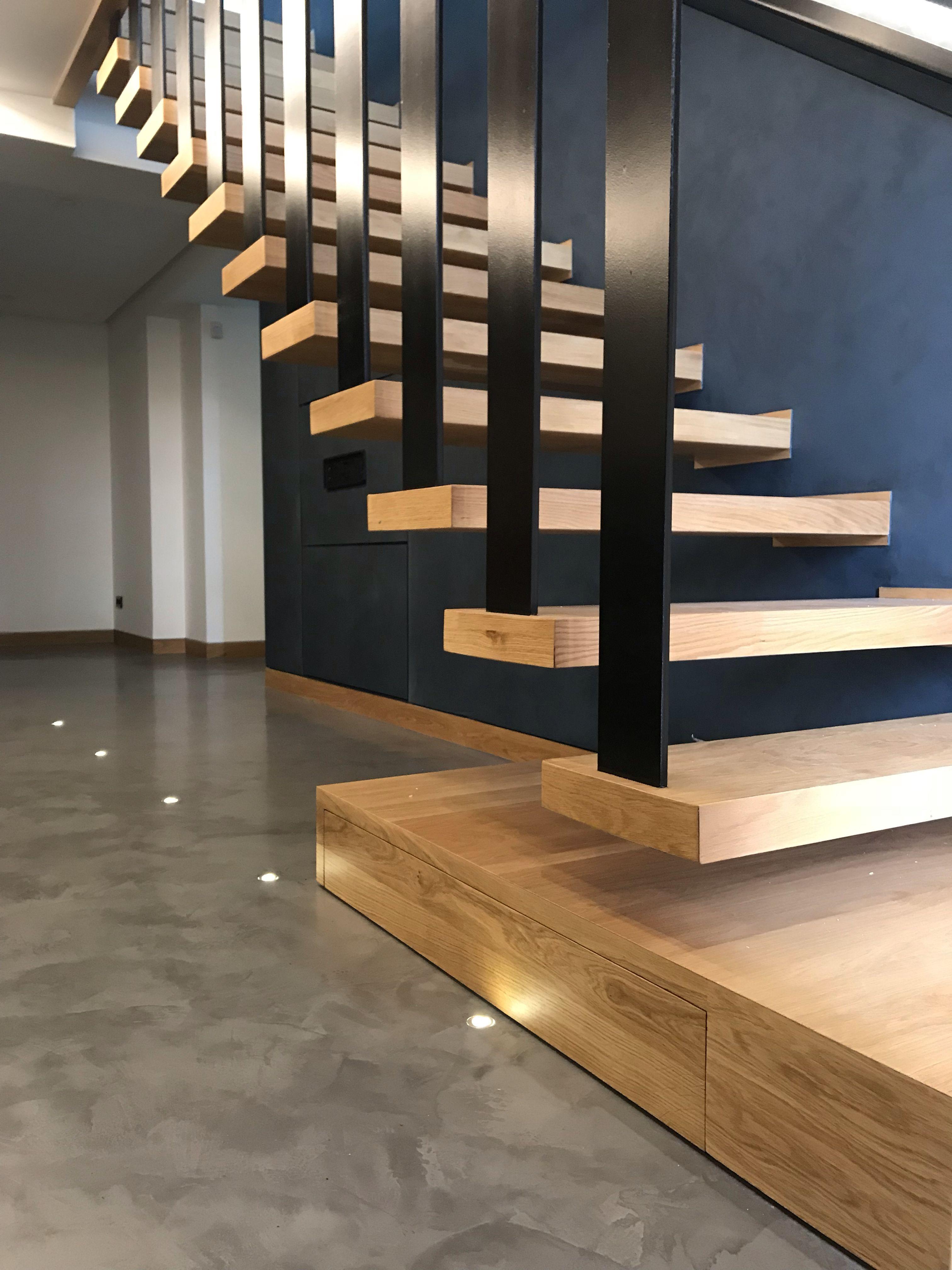 Dise o escalera volada pasos en madera roble natural for Escalera de madera 5 pasos