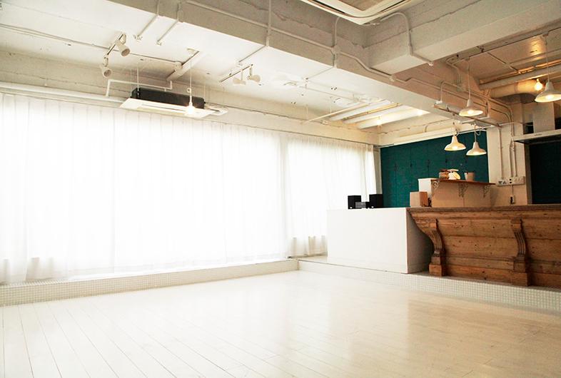 ハスハチキッチン 馬喰横山駅より徒歩2分 東日本橋駅 馬喰町駅 小伝馬町駅からもアクセス可能な撮影スタジオです 白を基調とした自然光溢れるハウススタジオ 南仏のカフェをイメージして作られた空間は カフェシーンはもちろんのこと アパレルのモデル撮影など